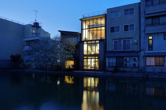 Được thiết kế bởi kiến trúc sư từng tu nghiệp tại New Zealand, không khó để nhận ra, căn nhà cũng mang trong mình bóng dáng của những công trình phương tây.