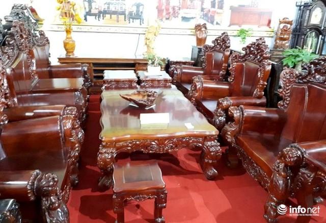 Bộ bàn ghế tân cổ điển làm bằng gỗ giáng hương đỏ của Lào 12 món có giá hơn 688 triệu đồng.
