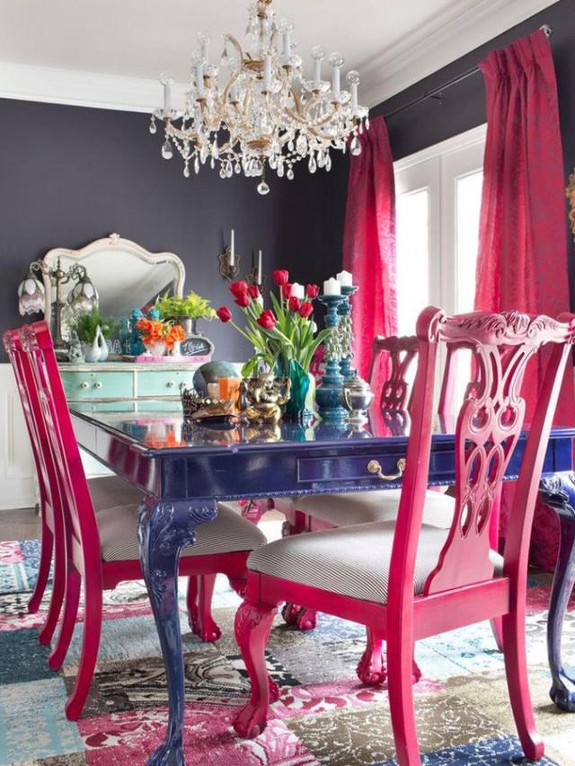 """Nếu bàn ăn được chọn sẵn với kiểu dáng đơn giản, bạn hoàn toàn có thể """"chữa cháy"""" bằng cách sơn bàn với màu yêu thích, gam màu đủ để giúp phòng ăn thêm tươi vui, cá tính."""
