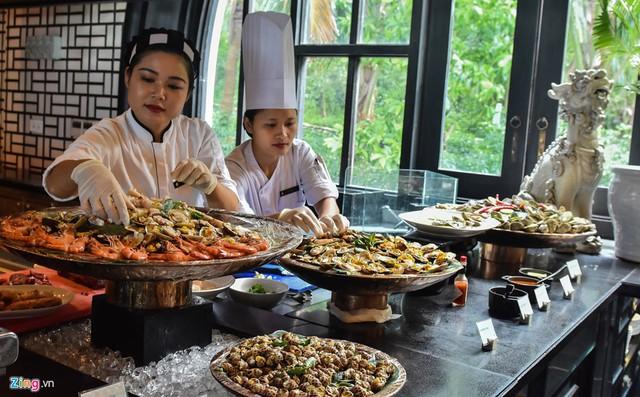Sau nhiều lần chạy thử, lựa chọn từ 50 món ăn tinh túy ẩm thực, nghệ nhân Ánh Tuyết cùng các đầu bếp lập ra 12 thực đơn. Sau đó, bà cùng các cộng sự sàng lọc ra thực đơn chính với bốn món ăn đặc trưng của Việt Nam.