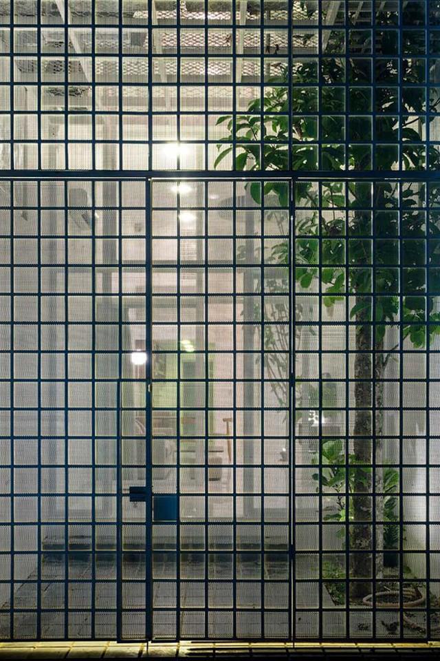 Mặt tiền được bố trí các khung cửa kính trải dài từ trần xuống sàn, kết hợp với ban công nhỏ giúp không gian bên trong luôn thoáng đãng.