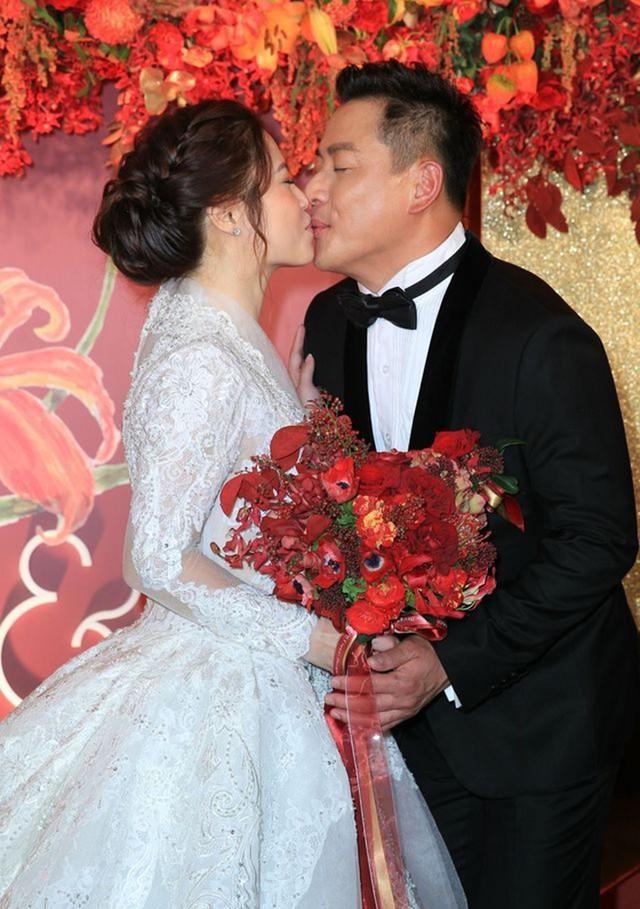Khoảnh khắc ngọt ngào của cô dâu và chú rể. Giang Hoành Ân là người kín tiếng trong chuyện tình cảm. Anh cho biết ngay lần đầu gặp Vanessa đã xao xuyến vì cô. Cô ấy khác những người phụ nữ tôi đã gặp. Cô ấy bao dung, thông cảm cho công việc của tôi, anh tâm sự. Giang Hoành Ân sinh năm 1970 tại Đài Loan. Anh là nam diễn viên, người mẫu được yêu thích. Bộ phim nổi tiếng nhất của anh là Gặp lại A Lang. Ngoài ra, anh còn được yêu thích nhờ Phi long tại thiên, Đường đời, Thần cơ diệu toán Lưu Bá Ôn, Bao Thanh Thiên 2009.
