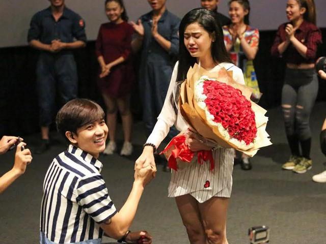 Tim cầu hôn Trương Quỳnh Anh ở rạp chiếu phim.
