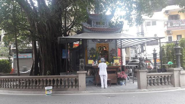 Người dân cho biết, ngôi miếu bên cạnh gốc đa trên đường Vũ Trọng Phụng rất linh thiêng