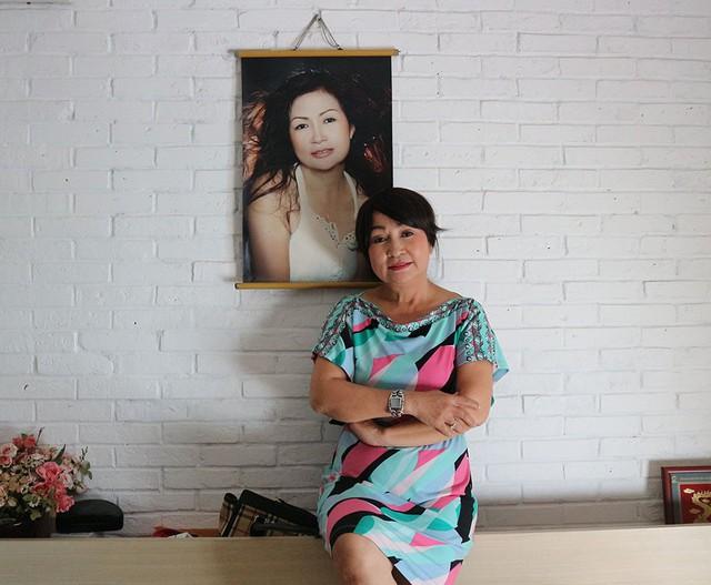 Nữ nghệ sĩ 61 tuổi khoe ảnh chân dung cách đây hơn 15 năm được treo trong phòng ngủ. Sau ly hôn, tôi làm nhiều nghề để xây dựng cơ nghiệp. Gia đình đỗ vỡ cũng buồn lắm chứ nhưng tôi nghĩ số phận đã an bày, có tiếc nuối chẳng được gì. Tôi lo kiếm tiền và phục vụ cho cuộc sống, chăm lo mẹ được chu đáo nhất.