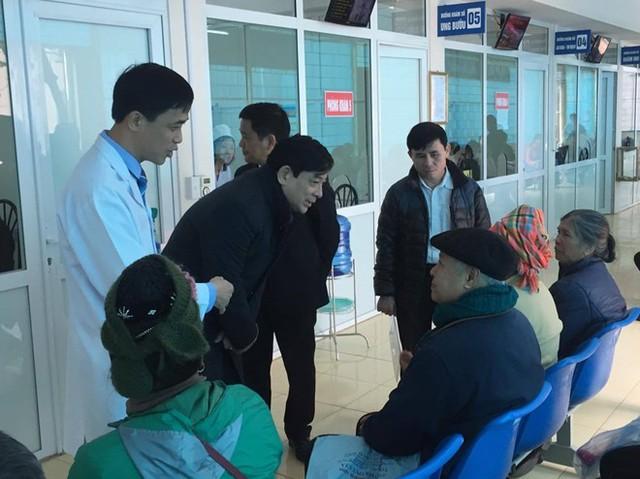 PGS.TS. Lương Ngọc Khuê, Cục trưởng Cục quản lý Khám chữa bệnh, Bộ Y tế thăm hỏi bệnh nhân khám bệnh tại BVĐK tỉnh Điện Biên
