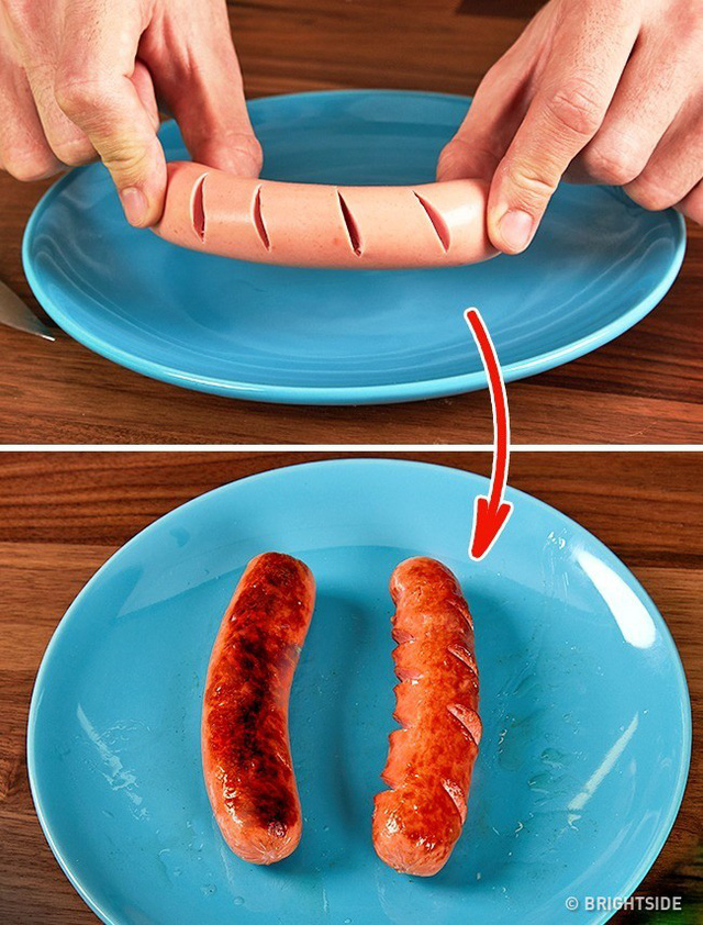 Khía vài nhát dao trên 2 mặt của xúc xích, khi chiên xúc xích sẽ chín đều cả trong lẫn ngoài. Bạn sẽ không sợ chúng bị cháy đen bên ngoài, nhưng lại sống bên trong nữa.