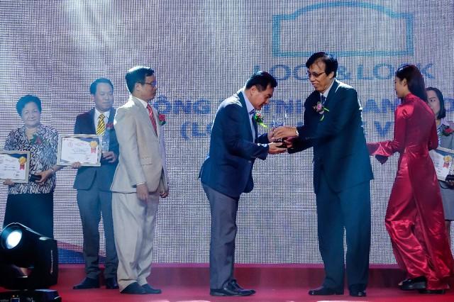 Ông Chun Hae Woo - Tổng Giám đốc Công ty nhận kỷ niệm chương và giấy chứng nhận Top 10 Sản phẩm, Dịch vụ Tin & Dùng 2017