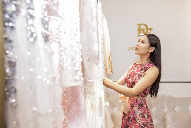 Á hậu được NTk giới thiệu những bộ trang phục lộng lẫy.