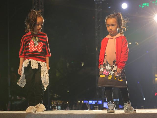 Các kiểu áo bomber, áo sweater phù hợp với tiết trời đông – xuân cũng được đưa vào dòng thời trang thiếu nhi để giúp các bé xây dựng phong cách hợp mùa, hợp mốt.