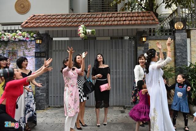 Mọi người háo hức đón bó hoa của Hoa hậu Bản sắc Việt 2016.