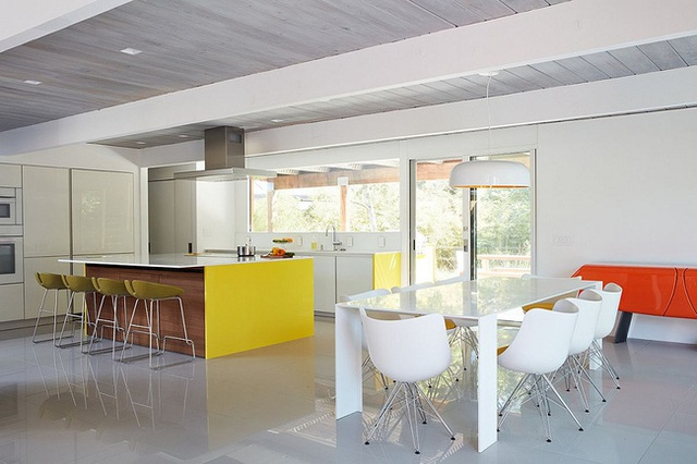 Một số vật dụng sử dụng chất liệu gỗ trong nhà có thể kể đến như bàn ăn cơm, bệ bếp, …