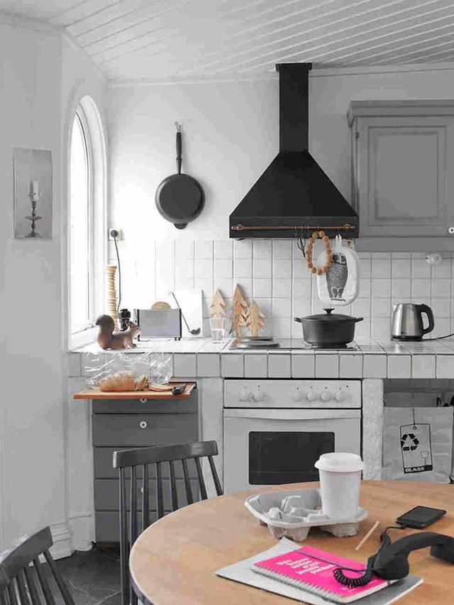 Phòng bếp theo phong cách Scandinavian kết hợp retro cùng lớp vữa xi măng màu xám.