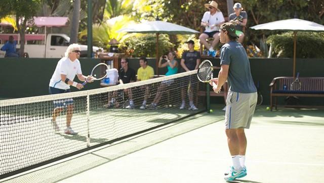 Sân tennis trên đảo là một trong những nơi rất thu hút du khách trong thời gian nghỉ ở đảo. Ảnh: Cloudinary.