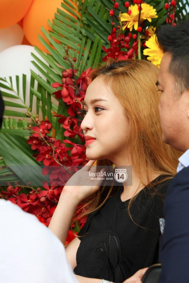 Lần xuất hiện gần đây, Thuý Vi xuất hiện với gương mặt trang điểm không quá cầu kỳ cùng chiếc váy đen đơn giản những vẫn toát lên thần thái cùng nhan sắc xinh đẹp hoàn hảo. Không thể phủ nhận Thúy Vy hiện đang là một mỹ nhân dao kéo mới của showbiz Việt.