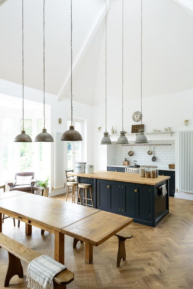 6. Trang trí phòng bếp kết hợp phong cách công nghiệp và rustic với rất nhiều đồ gỗ màu ấm và những chiếc đèn treo.