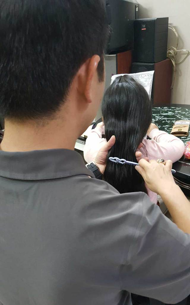 Bố buộc tóc cho con gái trước giờ đưa con đi học. Ảnh NVCC