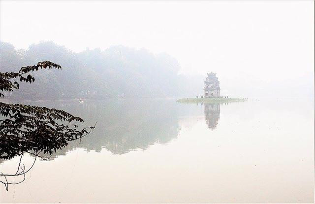 Hồ Gươm là nàng thơ khơi nguồn sáng tạo cho ông Vinh sáng tạo nghệ thuật. Ảnh: NVCC