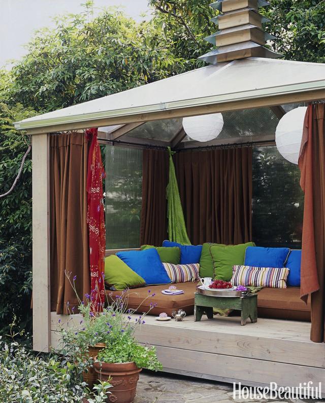6. Một nhà chòi với toàn bộ được làm bằng kính, từ mái nhà đến tường nhà. Chiếc ghế sofa hình chữ U có độ sâu giúp người ngồi có thể thoải mái duỗi chân thư giãn trên những chiếc nệm êm ái.
