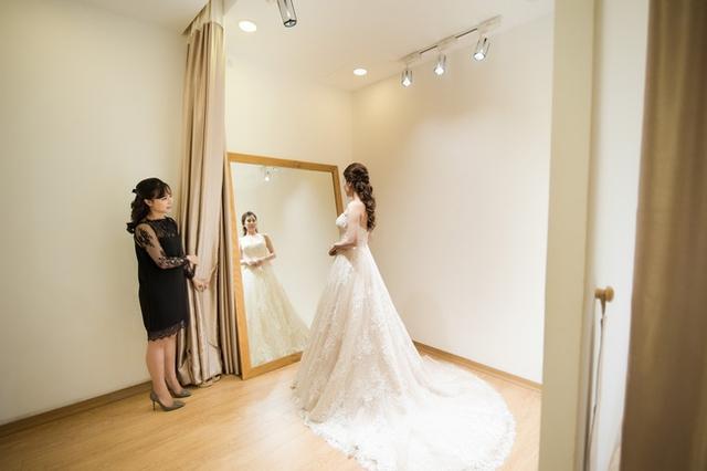 Không chỉ chi mạnh cho váy cưới, cô còn chú trọng đến phụ kiện đi kèm như trang sức, voan cài tóc...