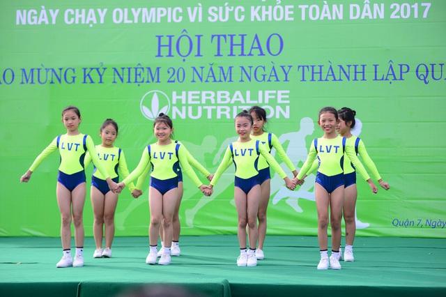 Màn nhảy aerobic trong lễ khai mạc tại khu vực Tân Trào, quận 7, TPHCM
