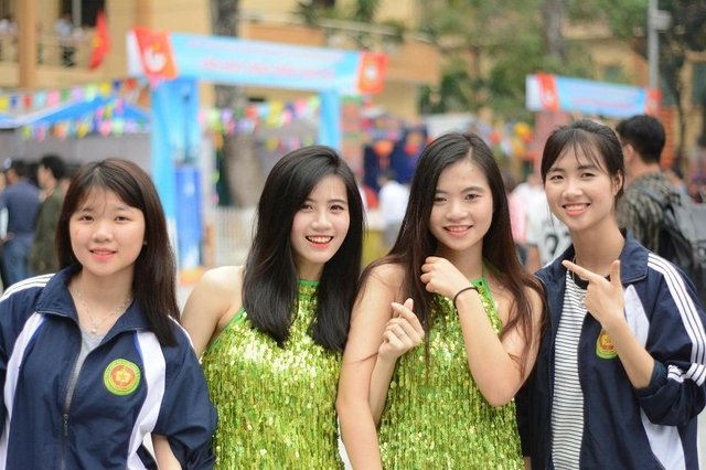 Ngoài thời gian học tập, Linh Chi còn là một nữ sinh năng nổ trong các phong trào của trường lớp như tham gia các hoạt động nhảy dân vũ và chương trình văn hóa văn nghệ quần chúng.