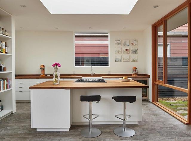 Sự kết hợp tinh tế giữa màu gỗ với màu trắng, vừa giúp không gian toát lên nét hiện đại vừa giúp căn phòng rộng thoáng bất ngờ.
