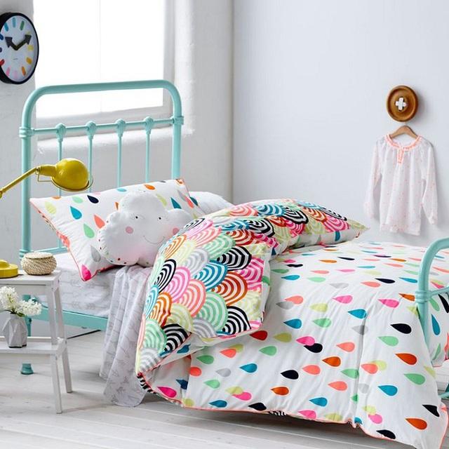 6. Thêm một thiết kế giường với hoa văn hình giọt nước nữa. Điểm nhấn thú vị của thiết kế này đến từ lớp trang trí phía trong của chăn. Bạn có nhìn ra không đó là hình cầu vồng bảy sắc đẹp mắt nối liền nhau.