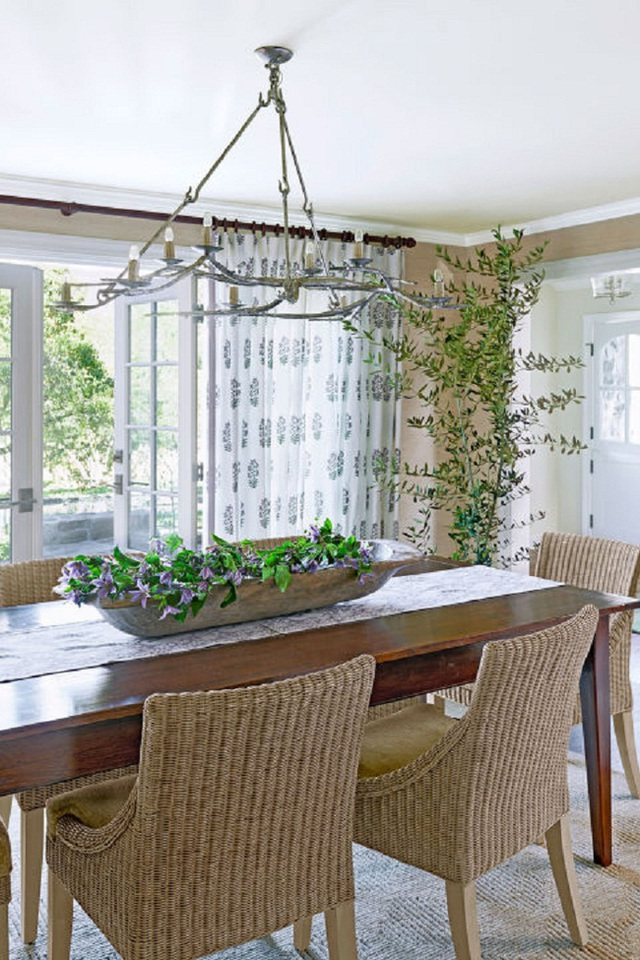 Bàn và ghế ăn cơm lại giản dị hơn khi sử dụng chất liệu bằng các sợi dệt đem lại cái nhìn hoài cổ mà gần gũi.