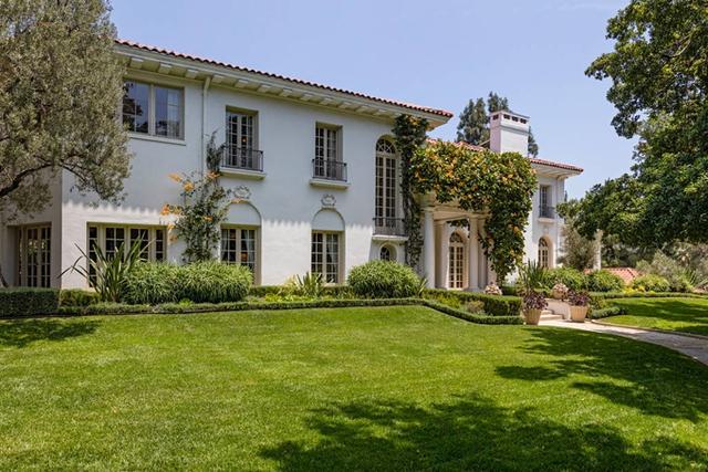 Villa này ở rất gần biệt thự của Brad Pitt. Nguồn tin cho hay, Jolie đã chọn Los Angeles để mua nhà mới vì muốn các con được gần gũi với bố.