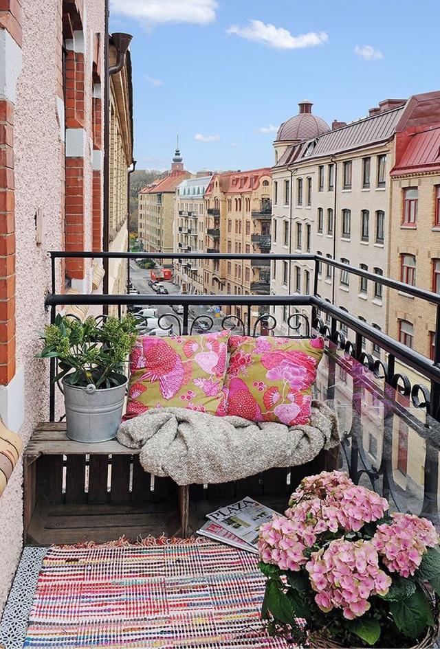 6. Không có sofa cũng không sao, một chiếc thảm thật êm và đẹp là đủ để tạo thành niềm yêu thích của một cô gái thích tận hưởng rồi.