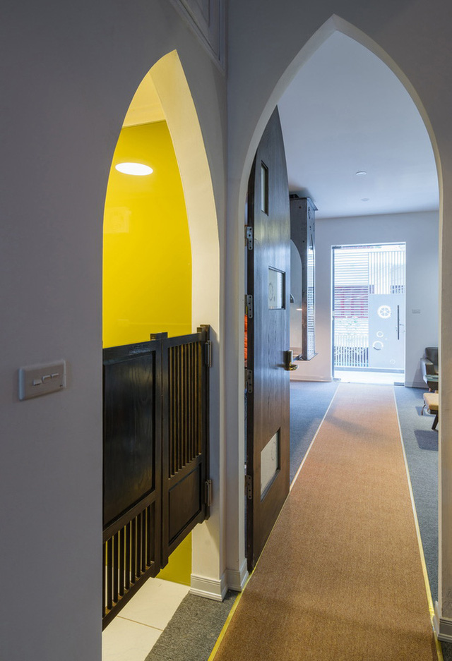 Đường dẫn đến các phòng với màu sắc khác biệt tạo thành điểm nhấn cho ngôi nhà, đồng thời cũng giúp tách bạch giữa không gian bàn hàng và nhà ở.