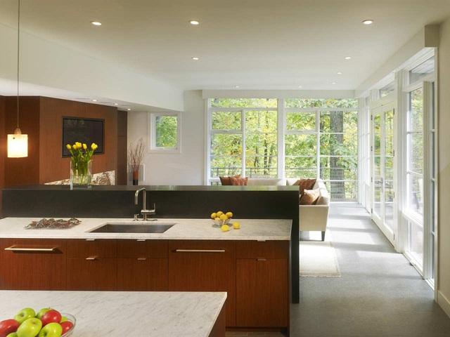 6. Kiểu cửa sổ sát trần đẹp đến căn bếp những view tuyệt đẹp để nhìn ngắm khung cảnh bên ngoài.