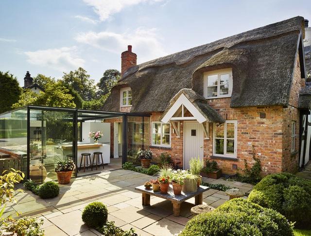 Ngôi nhà như bước ra từ truyện cổ tích này nằm ở Cheshire, Anh được xây dựng vào thế kỷ 18. Nét quyến rũ của nó đến từ mái tranh đẹp bao bọc xung quanh những bức tường gạch và cửa sổ nhỏ. Nhưng đừng để bị lừa bởi vẻ ngoài cũ và mộc mạc này. Phía bên trong ngôi nhà rất hiện đại đấy.