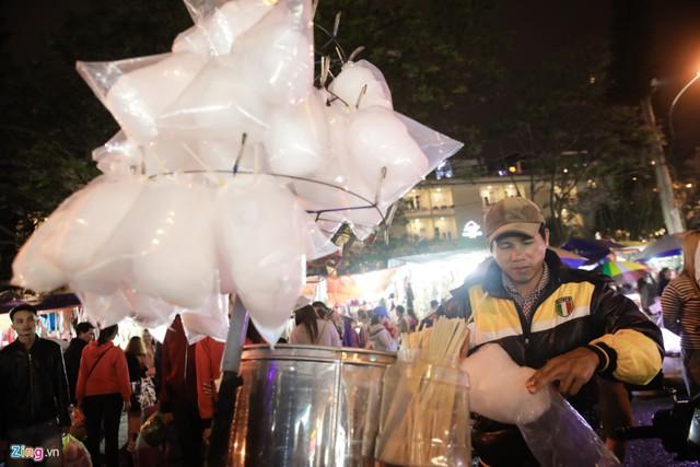 Món kẹo bông gòn gắn liền với tuổi thơ cũng không thể thiếu tại chợ đêm.