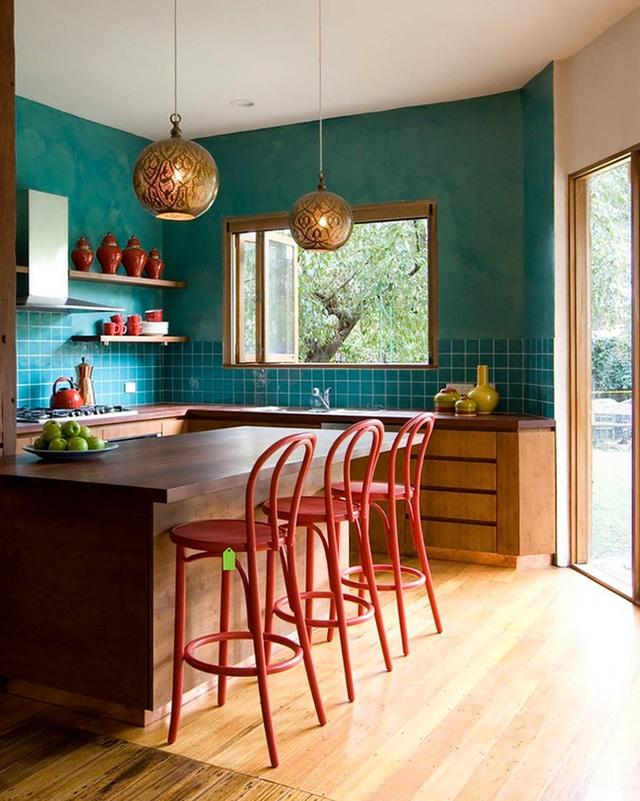 Phòng bếp lấy cảm hứng từ phong cách Ma-rốc với ghế màu đỏ và tường màu xanh ngọc