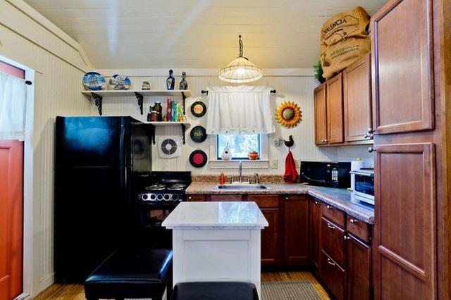 Chủ đề thiết kế theo vào trong không gian nhà bếp. Tuy diện tích nhà bếp không lớn nhưng chủ nhân vẫn cố gắng sắp xếp đầy đủ các đồ nội thất cần có.