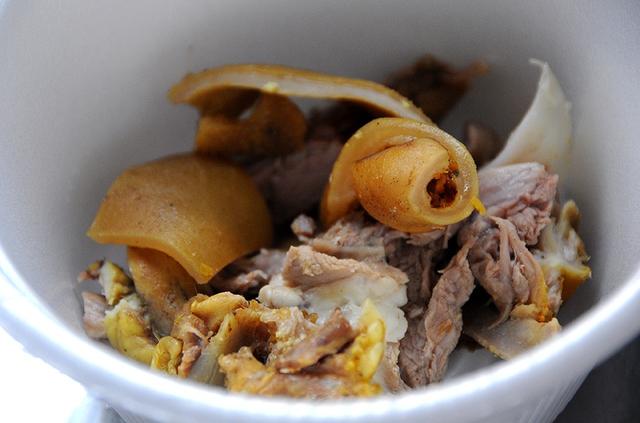 Hủ tiếu dê thường được dùng là loại hủ tiếu mềm của người Hoa, trông như bánh phở.         Các loại rau ăn kèm bao gồm đầu hành.         Lá tía tô, giá sống và hành lá.         Không như hủ tiếu heo hay hủ tiếu gà, hủ tiếu dê gồm hai tô. Một tô chỉ có thịt dê và nước lèo.         Tô còn lại là nước lèo và sợi hủ tiếu.         Nước chấm chính của món ăn là chao sa tế.         Vị cay cay, mùi đặc trưng, cách nêm nếm đậm dà, thiên vị cay của các đầu bếp Sài Gòn khiến món ăn giàu dinh dưỡng càng trở nên hấp dẫn hơn.           Theo Ngôi sao