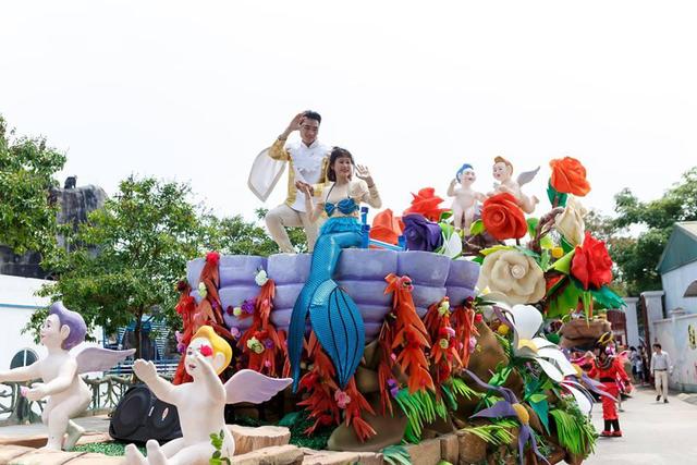 Những nhân vật mascot dễ thương hay những nhân vật công chúa - hoàng tử nổi tiếng quen thuộc với các em nhỏ. Xứ sở cổ tích với nàng tiên cá Ariel và hoàng tử Eric; Nàng công chúa Ba Tư Jasmine xinh đẹp và chàng Aladdin.