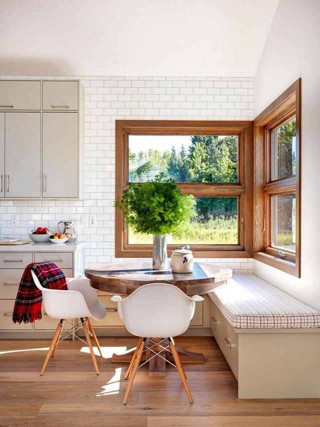 6. Hãy tưởng tượng bạn ngồi thưởng thức tách cà phê buổi sáng trong không gian bàn ăn ấm cúng này. Ngôi nhà theo phong cách trang trại sẽ làm chúng ta muốn bọc mình trong một chiếc chăn mỏng, ngồi trên chiếc ghế băng và nhìn ra cửa sổ để tận hưởng khung cảnh thiên nhiên tuyệt vời.
