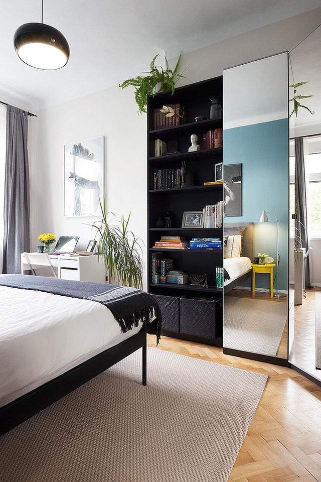 Hệ tụ cao sát tường với cửa gương giúp căn phòng rộng rãi và sáng hơn.