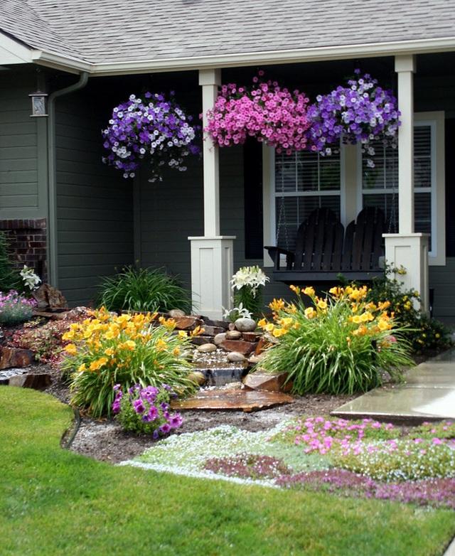 Những chùm hoa treo ngược lên mái nhà thì bạn nghĩ sao, rất thú vị và đẹp mắt ý chứ. Đây là cách làm sáng tạo khi sân trước nhà bạn quá nhỏ mà không thể trồng được nhiều loại cây.