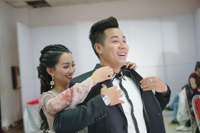 Quỳnh Chi còn tận tình chỉnh sửa áo cho đàn anh.
