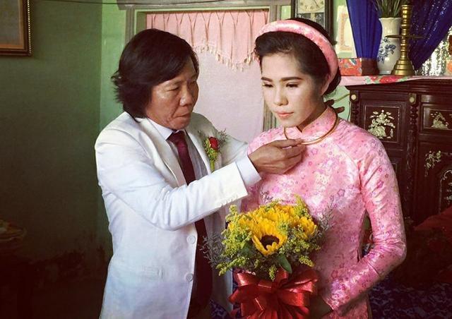 Anh tự tay đeo trang sức cưới cho bà xã. Cô dâu tên Bích Phượng, năm nay 26 tuổi, làm kinh doanh.