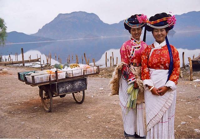 Thiếu nữ Mosuo đến tuổi 13 sẽ được bà nội, mẹ hoặc một phụ nữ có địa vị trong dòng tộc cử hành lễ Thành Niên.