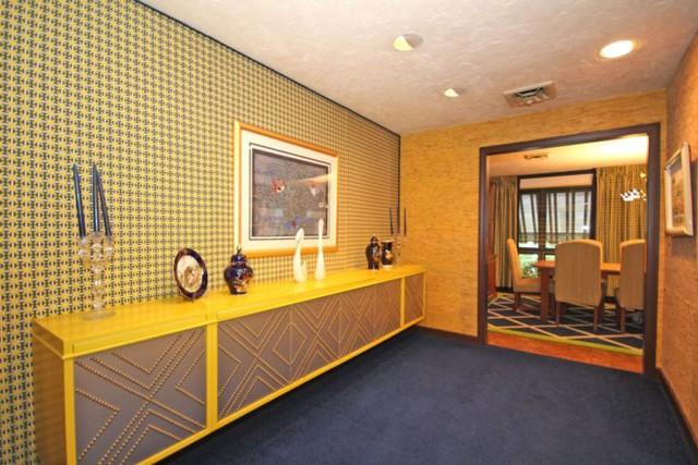 Hành lang dẫn tới phòng ăn sử dụng tông màu vàng chủ đạo.