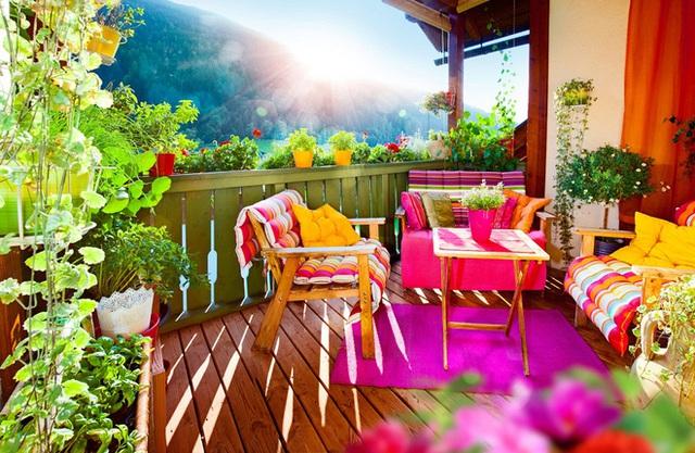 6. Màu sắc sáng và đáng rực rỡ có thể ảnh hưởng đến tâm trạng của một người, vì vậy nếu bạn có thói quen dậy uống cà phê sáng sớm trên ban công nhỏ bé của mình, hãy trang trí bằng những màu sắc tươi sáng mà sẽ làm bạn tràn ngập niềm vui.