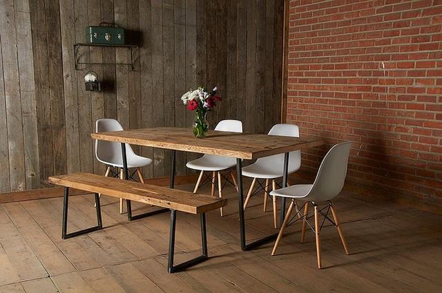 Phòng ăn hiện đại với gỗ tái chế và gạch.