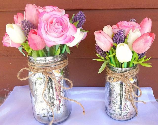 5. Lọ thủy tinh được phun sơn bạc và cắm nhiều loại hoa sẽ giúp nhà bạn có được vẻ đẹp mộc mạc.
