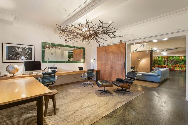 Văn phòng và studio gia đình rộng rãi của khu nhà kho được tân trang lại.